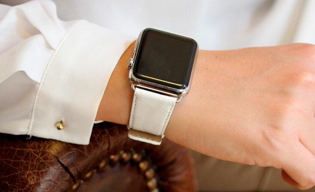 white-alligator-apple-watch-band-denim-woman