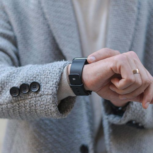 Cassel-Apple-watch-black-full-grain-leather-band-with-an-elegant-outfit