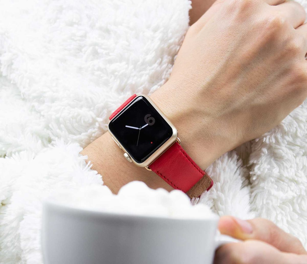 Coral-Apple-watch-red-nappa-band-close-to-awhite-fur-coat-bs