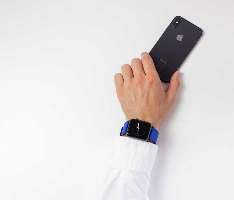 Deep-Ocean-Apple-watch-blue-rubber-band-and-a-white-shirt