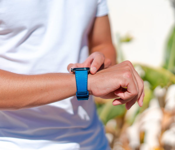 Electric-Blue-Apple-watch-rubber-band-summer-outfit