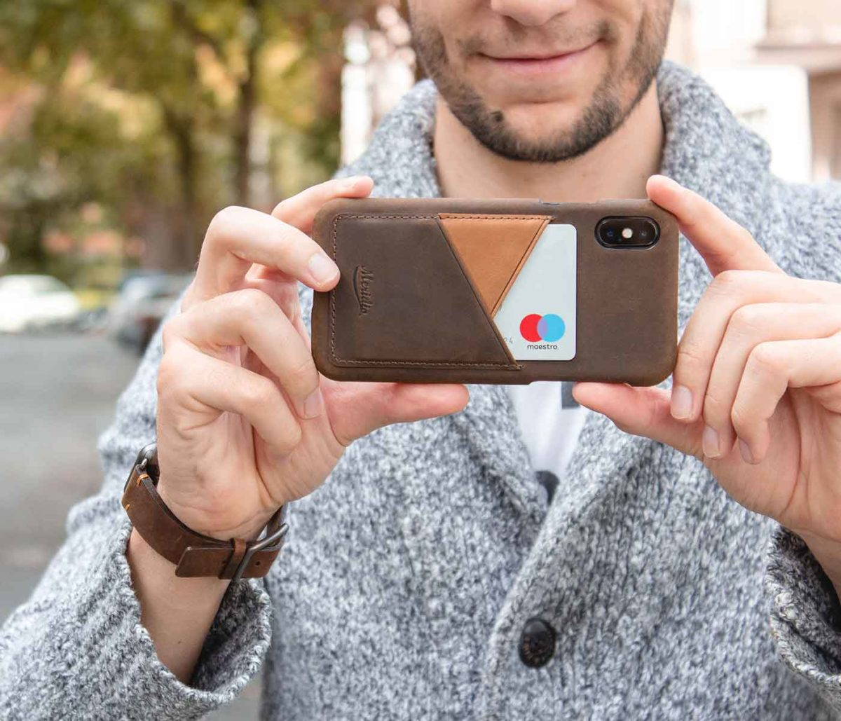 Cigar-Iphone-X-deep-brown-leather-case-and-a-man-with-grey-pullover-bs