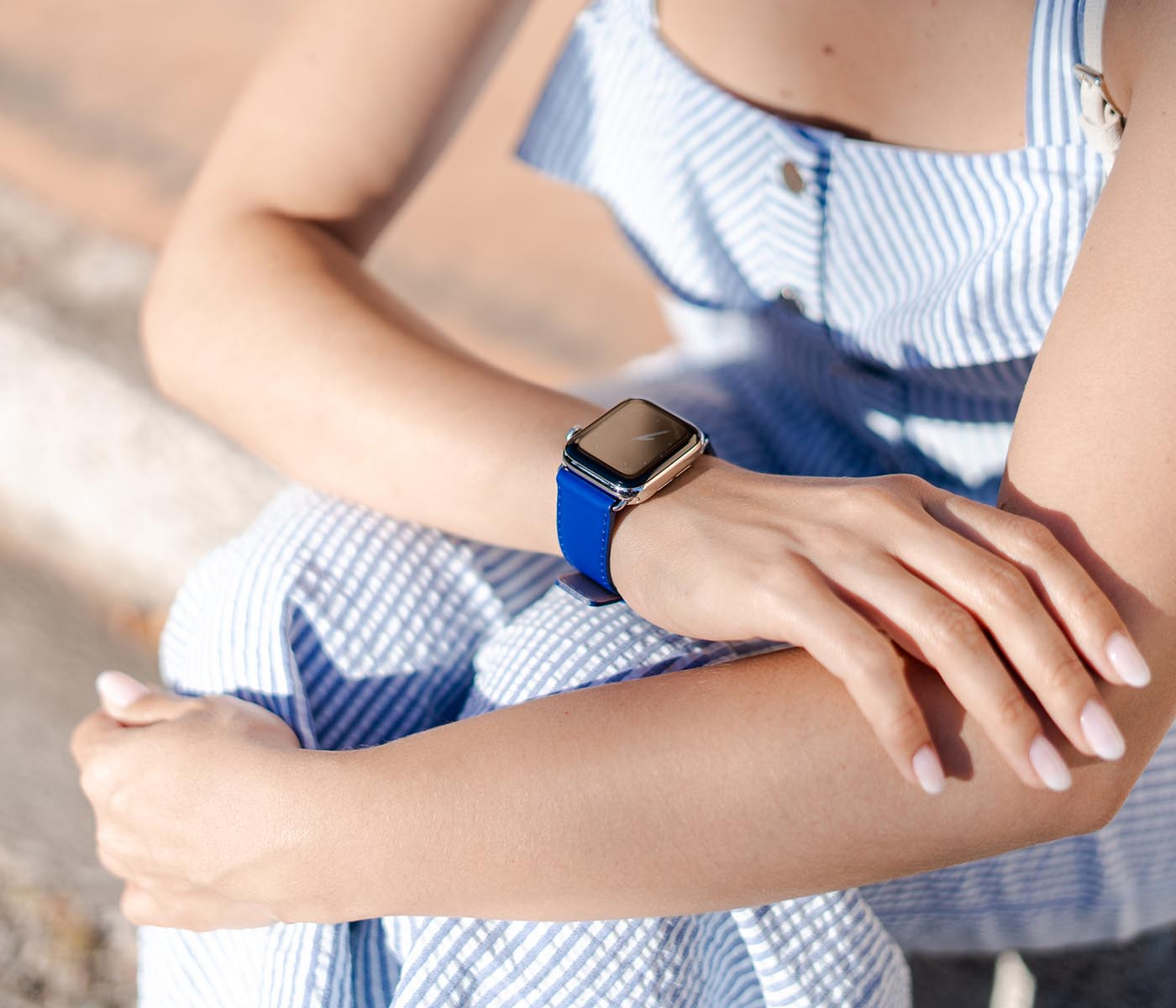 Blueberry Summer-Apple-watch-blue-fluo-band-with-a-summer-outfit-bs
