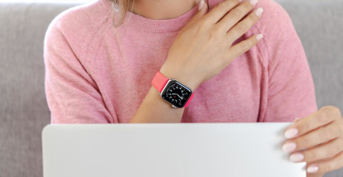 Iced Watermelon-Apple-watch-fuchsia-fluo-band-close-to-a-macbook-bs