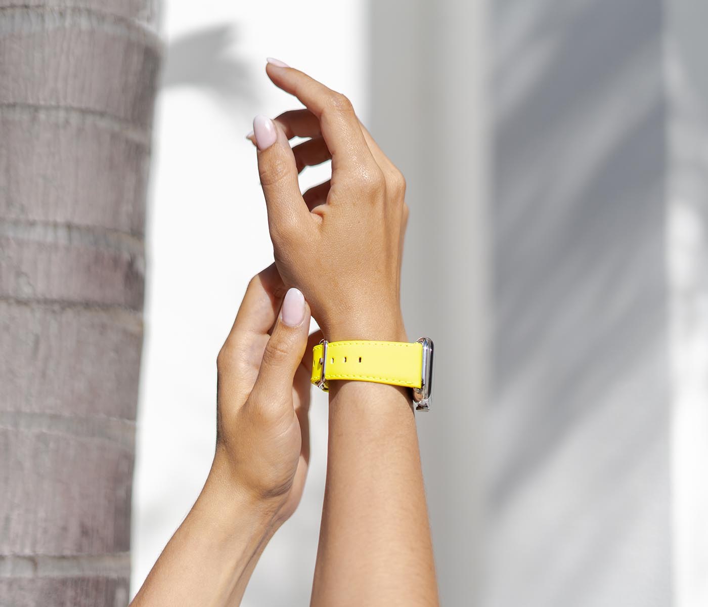Laser Lemon-APple-watch-yellow-fluo-band-on-wrist-close-to-a-palm-three-bs