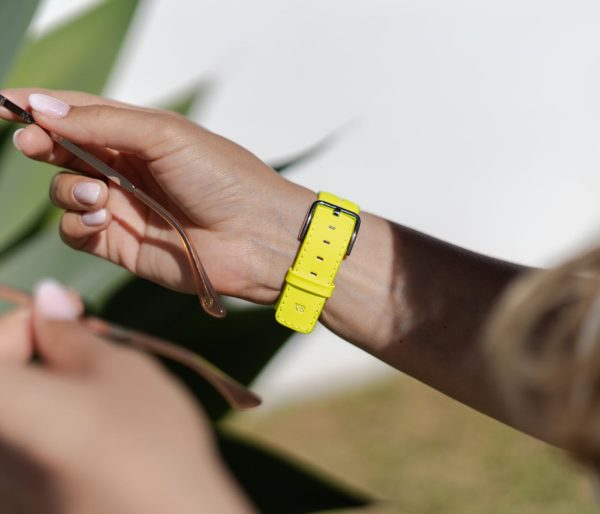 Laser Lemon-Apple-watch-yellow-fluo-band-and-a-woman-with-an-eyewear