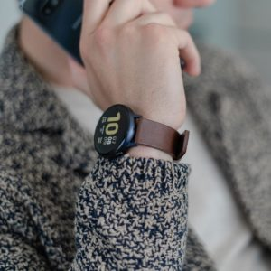 Galaxy-watch-active--brown-full-grain-leatehr-band-with-a-focus-on-a-side