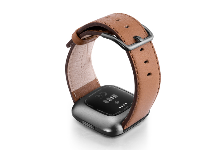 Goldstone-Fitbit-brown-nappa-leather-band-with-back-carbon-aluminium-case