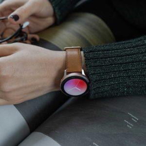 galaxy-watch-active-goldstone-on-wrist-for-her-close-up