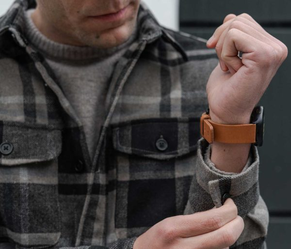 galaxy-watch-active-tawny-on-wrist-for-him-sporty-outfit