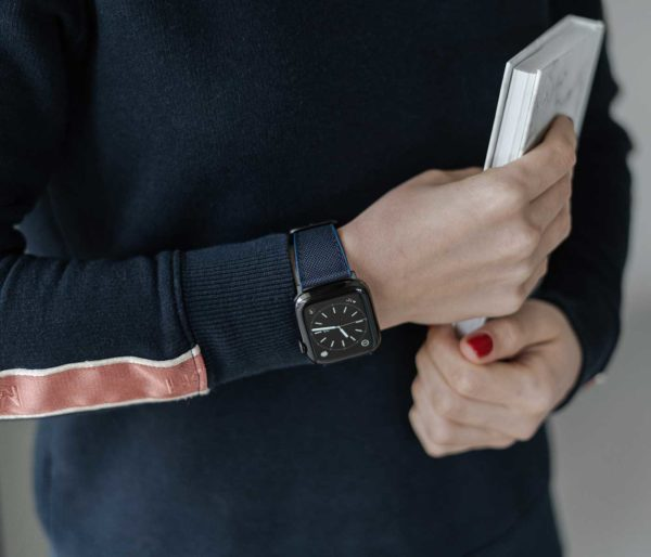 Apple-watch-deep-blue-natural-rubber-band-for-her-close-up