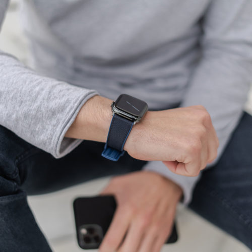 Apple-watch-deep-blue-natural-rubber-band-for-him-close-up