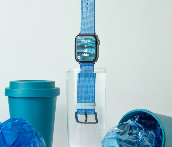 Apple-watch-light_blue-tide-band-recicled-ocean-plastic_in_the_cup