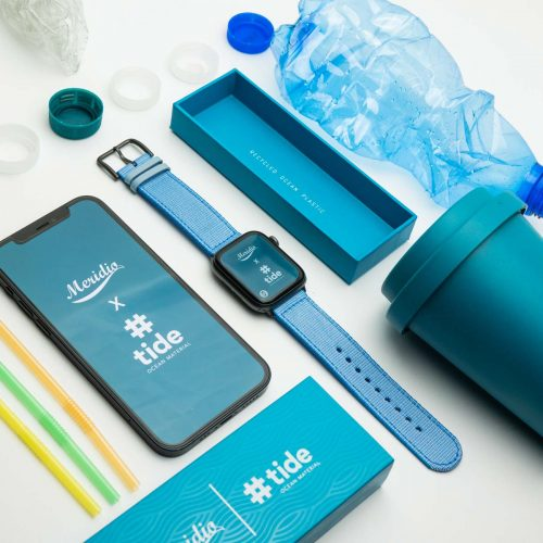 Apple-watch-light_blue-tide-band-recicled-ocean-plastic_close-to-iphone