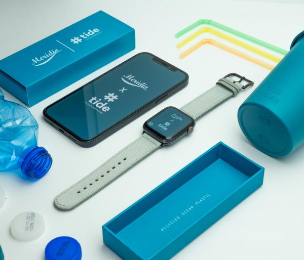 Apple-watch-light_grey-tide-band-recicled-ocean-plastic_close_to_iphone