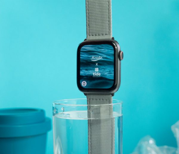 Apple-watch-light_grey-tide-band-recicled-ocean-plastic_in_the_cup
